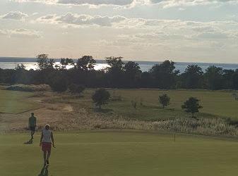 Fler kvinnor i golfen.